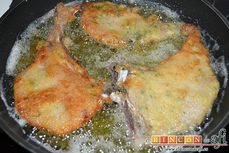 Chuletas de cochino negro canario, freírlas en abundante aceite de oliva