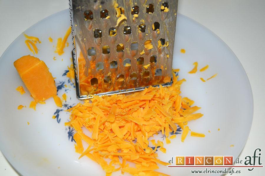 Coditos con bechamel y queso Cheddar, rallar el queso Cheddar