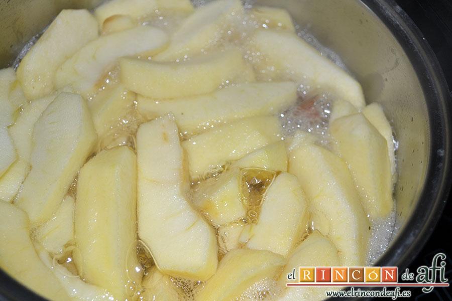 Crujiente de manzana, cubrirlas con agua y ponerlas a cocer