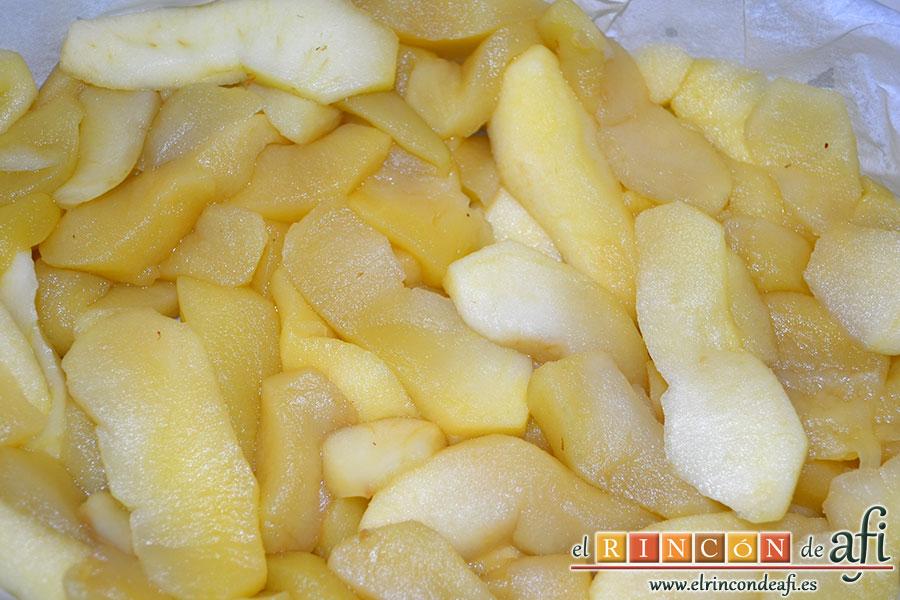 Crujiente de manzana, introducir las manzanas templadas en un molde cubierto con papel de horno