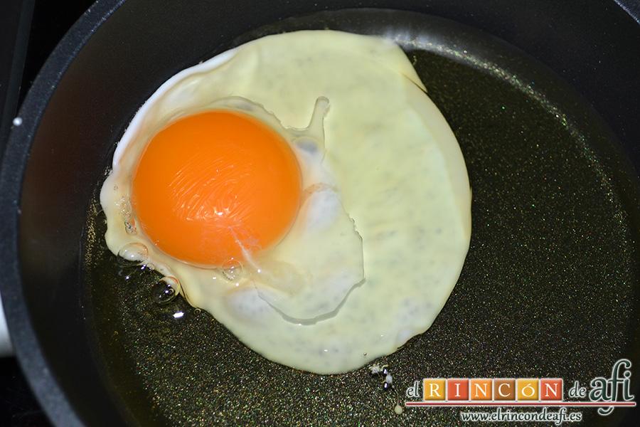 Huevos rotos con chorizo de Teror, freír los huevos con una pizca de sal en la yema