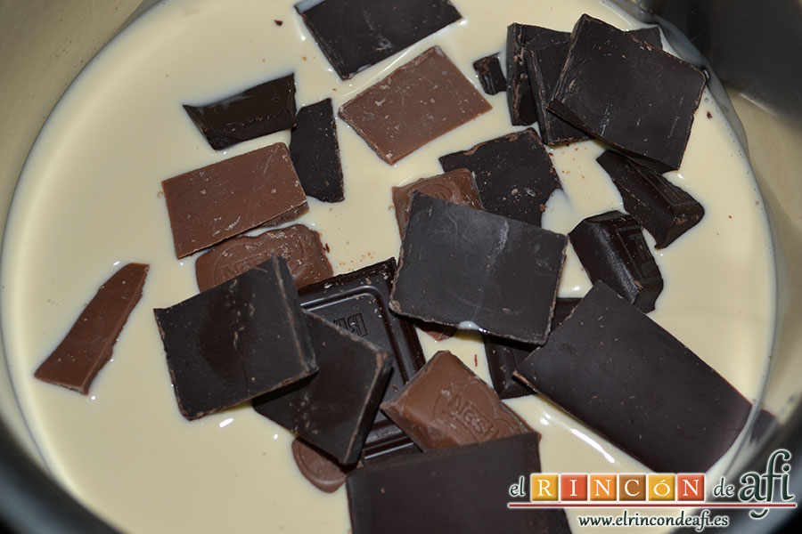 Mousse de chocolate, añadir el chocolate a la leche evaporada