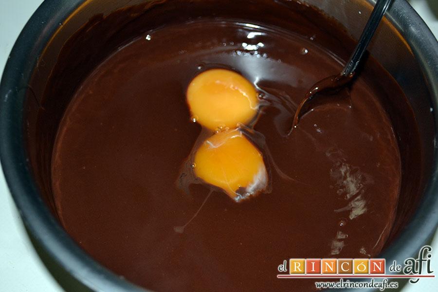 Mousse de chocolate, añadir al chocolate templado las yemas