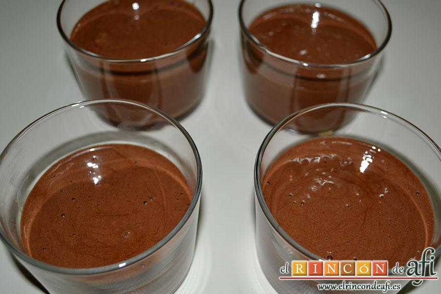 Mousse de chocolate, servir en moldes individuales y refrigerar