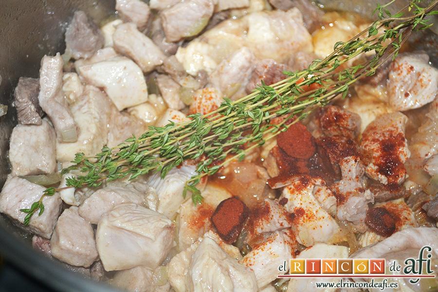 Paella tres carnes, añadir la ramita de tomillo