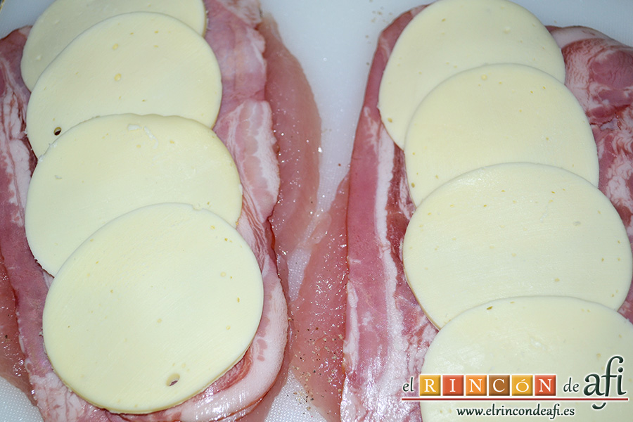 Pechuga de pavo rellena con bacon y mozzarella, cubrir con lonchas de mozzarella