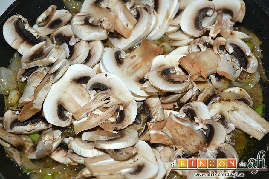 Pechuga de pavo rellena con bacon y mozzarella, añadir los champiñones laminados