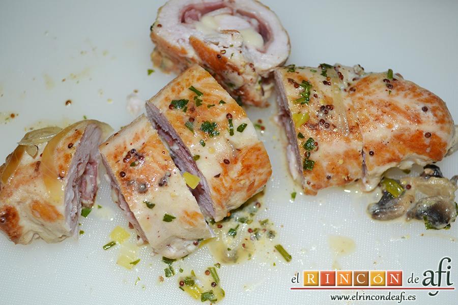 Pechuga de pavo rellena con bacon y mozzarella, retirar los palitos y cortar en rodajas
