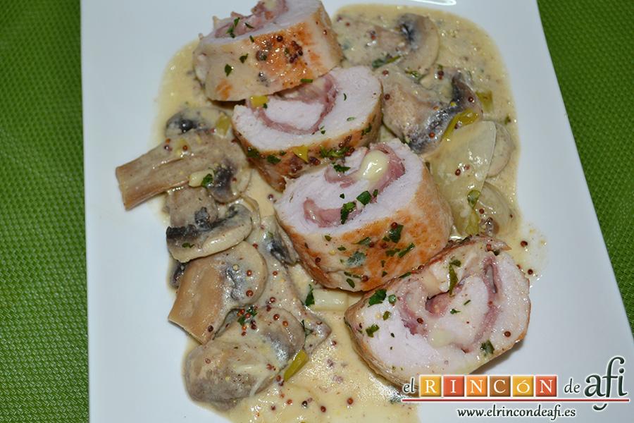 Pechuga de pavo rellena con bacon y mozzarella, sugerencia de presentación