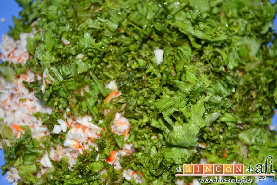 Rollos de langostinos y palitos de cangrejo, añadir los langostinos, los palitos de cangrejo y la lechuga