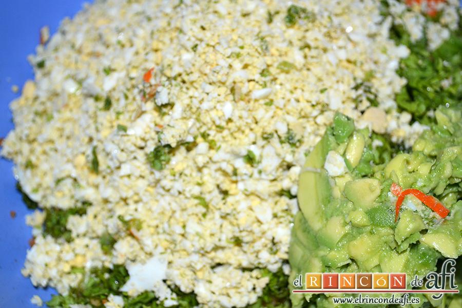 Rollos de langostinos y palitos de cangrejo, añadir los huevos triturados y los aguacates troceados