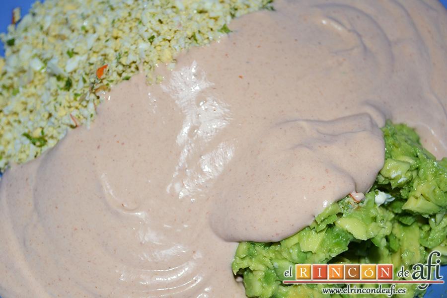 Rollos de langostinos y palitos de cangrejo, añadir unas cucharadas de salsa rosa