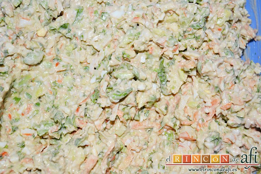 Rollos de langostinos y palitos de cangrejo, remover bien