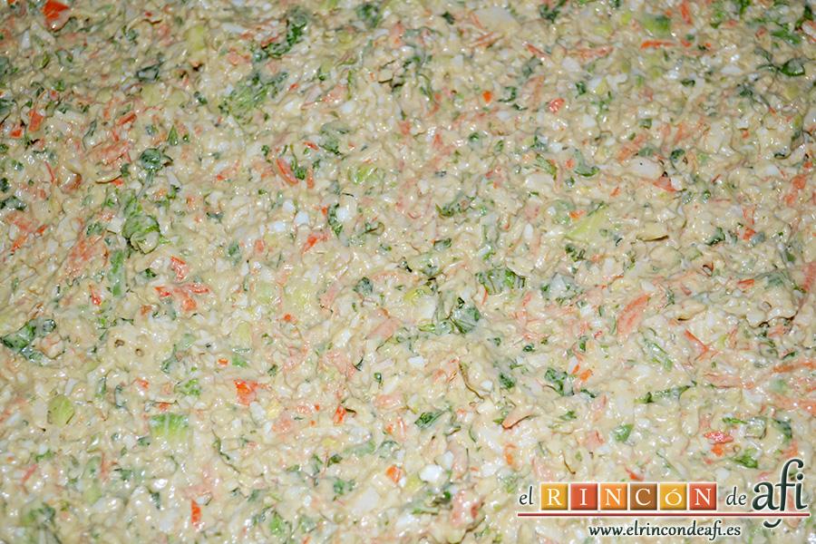 Rollos de langostinos y palitos de cangrejo, volcar el relleno sobre la masa del bizcocho