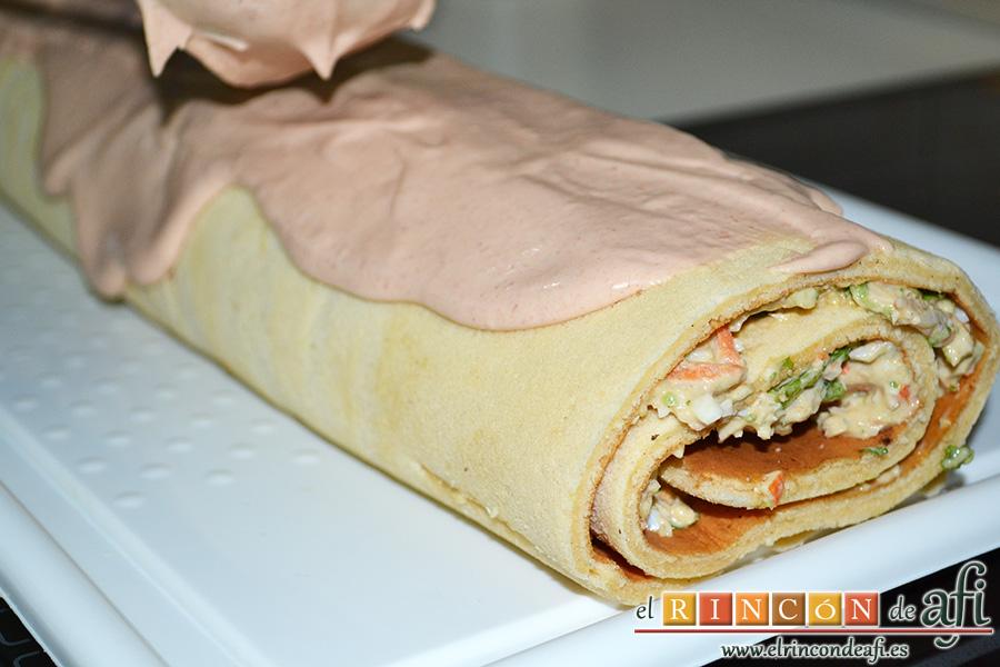 Rollos de langostinos y palitos de cangrejo, enrollar la masa del bizcocho y cubrir con salsa rosa
