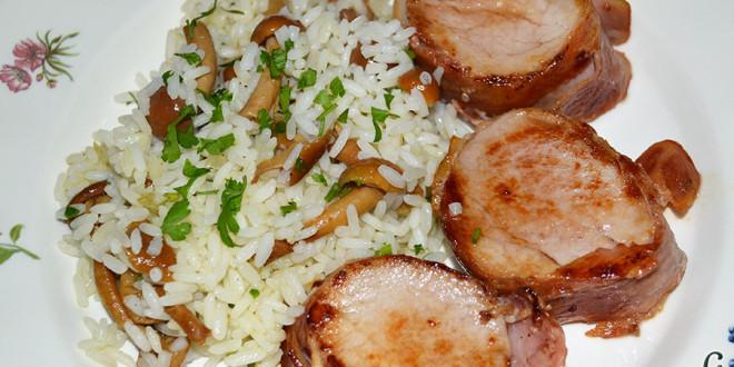 Solomillo de cerdo envuelto en bacon con arroz y setas