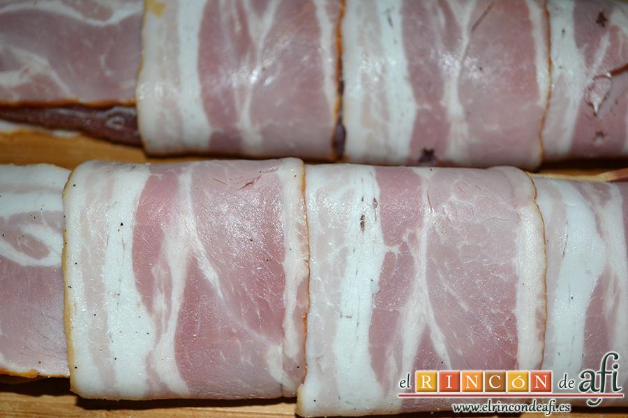 Solomillo de cerdo envuelto en bacon con arroz y setas, cubrirlos con las lonchas de bacon por todas partes