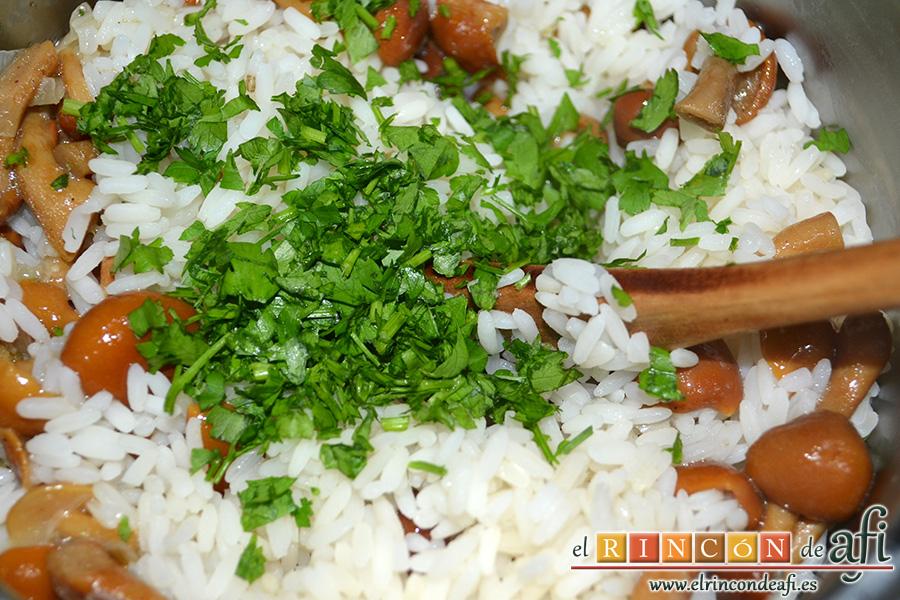 Solomillo de cerdo envuelto en bacon con arroz y setas, añadir el arroz y perejil picado