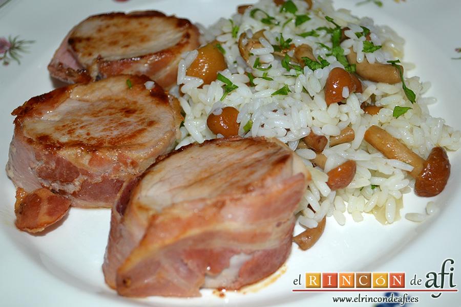 Solomillo de cerdo envuelto en bacon con arroz y setas, sugerencia de presentación