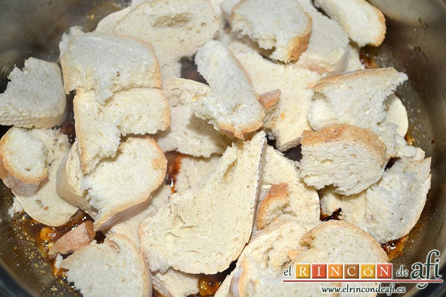 Sopa castellana, remover bien y añadir el pan troceado