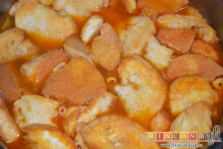 Sopa castellana, cubrir bien con el caldo y dejar cocinar
