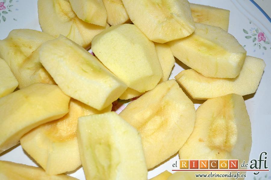 Tarta tatín, pelar, descorazonar y cortar manzanas en cuartos
