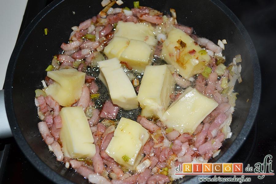 Tomates rellenos con bacon y queso brie, añadir el queso brie