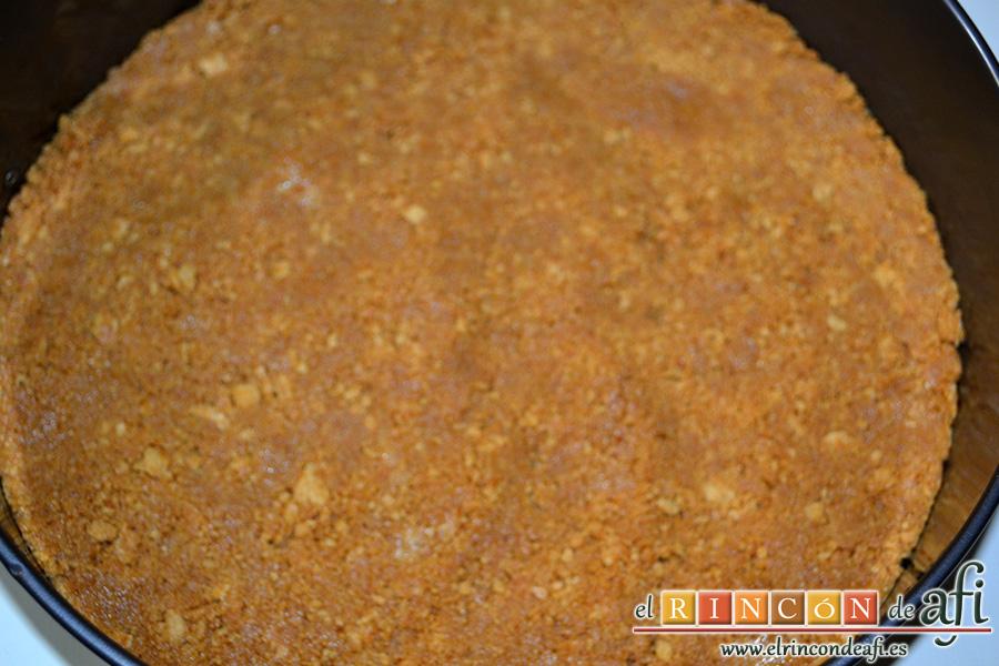 Tarta de queso con cerezas, echar la galleta sobre el molde