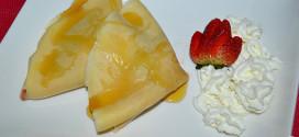 Crepes de fruta salteada con queso mascarpone