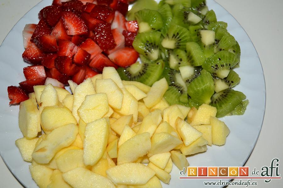 Crepes de fruta salteada con queso mascarpone, pelar y cortar las frutas