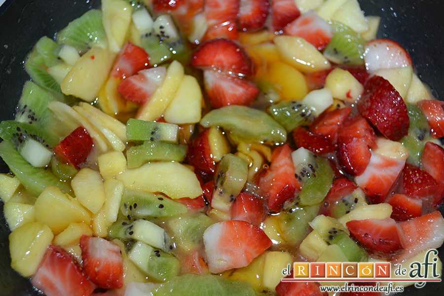 Crepes de fruta salteada con queso mascarpone, añadir un chorro de miel