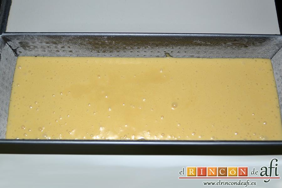Bizcocho de chocolate blanco, introducir la masa en el molde