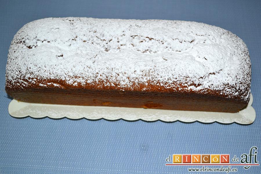 Bizcocho de chocolate blanco, espolvorear con azúcar glas