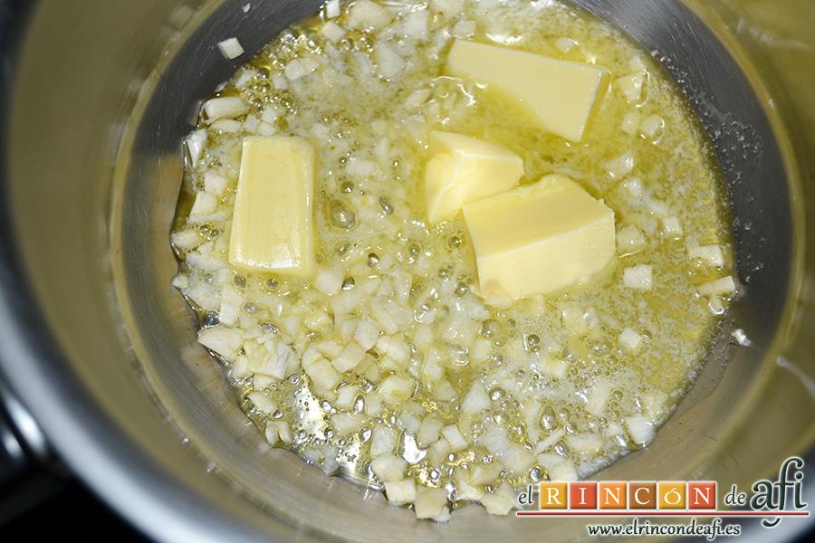 Endivias a la plancha con salsa Bagna Cauda, poner en una sartén los ajos picados con la mantequilla