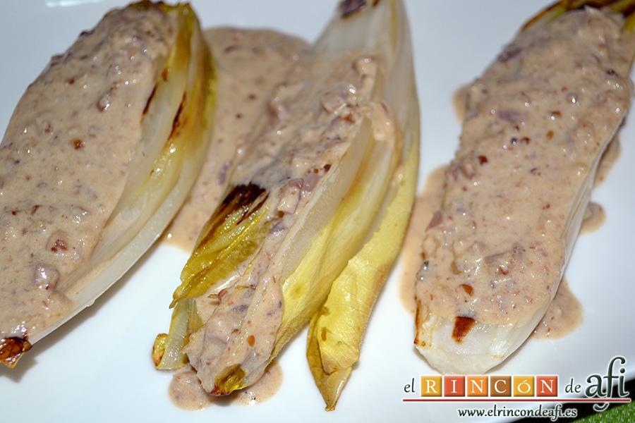 Endivias a la plancha con salsa Bagna Cauda, sugerencia de presentación