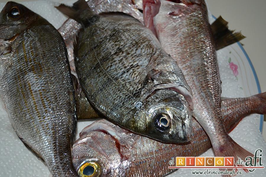 Pescado frito con mojo hervido, limpiar el pescado y dejarlo listo para freír