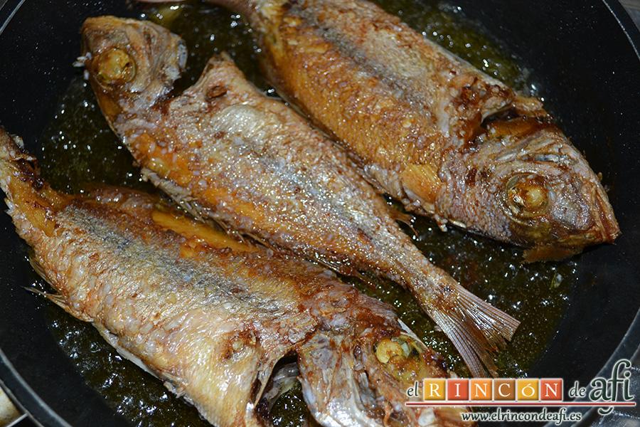 Pescado frito con mojo hervido, freír bien por ambos lados