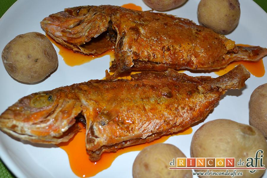 Pescado frito con mojo hervido, ponerlos en un caldero, sugerencia de presentación