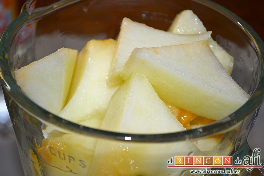 Sopa fría de melón, pelar el melón, trocearlo, quitarle las semillas y meterlo en vaso americano