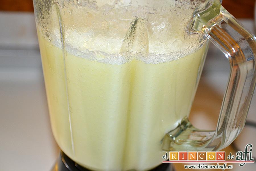 Sopa fría de melón, pelar el melón, trocearlo, triturar bien junto con el zumo de medio limón, la sal, la pimienta y la canela