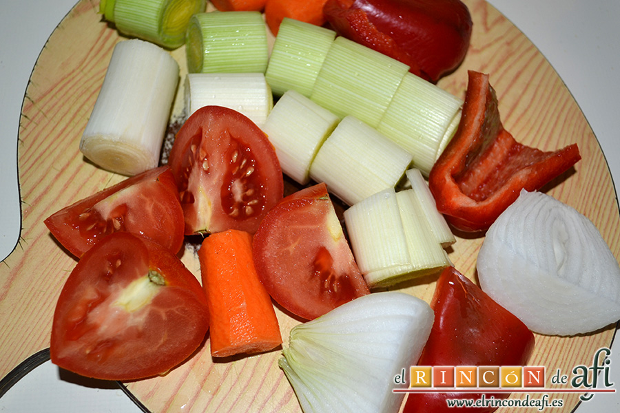 Arroz con bogavante, trocear las verduras