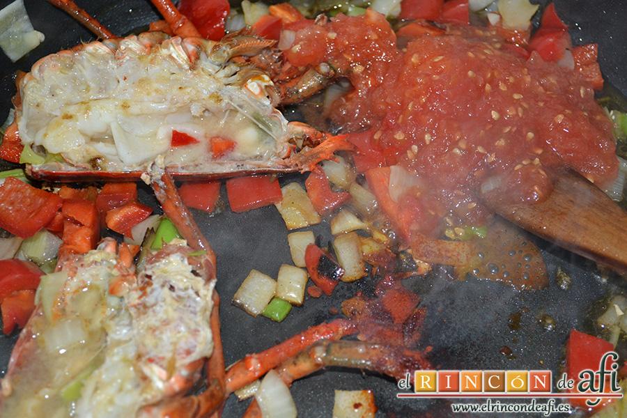 Arroz con bogavante, sellar el bogavante en una olla unos minutos, añadir el resto de verduras y el tomate rallado