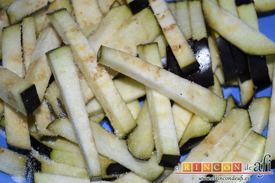 Berenjenas en tempura con miel de caña, cortar las berenjenas en bastones como si fueran papas para freír y poner a macerar con sal