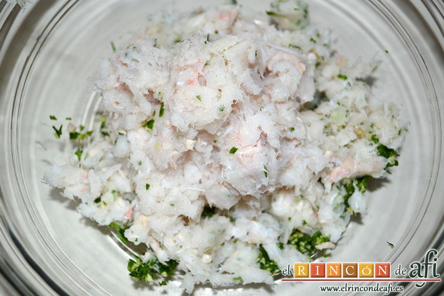 Buñuelos de merluza, triturar el pescado y añadírselo al perejil y el ajo también picados