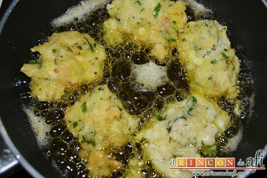 Buñuelos de merluza, freír en aceite de oliva