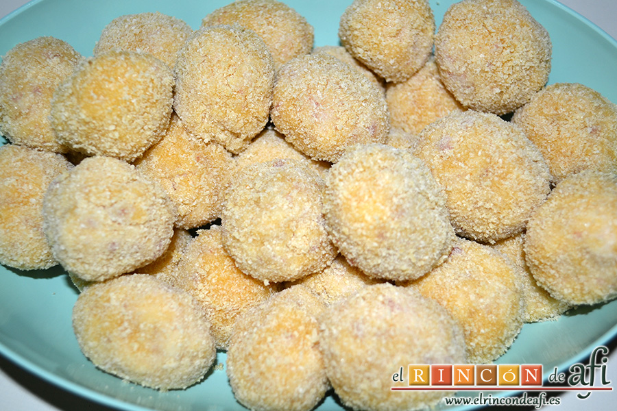 Croquetas de jamón serrano y pechuga de pavo, pasar por harina, huevo batido y pan rallado