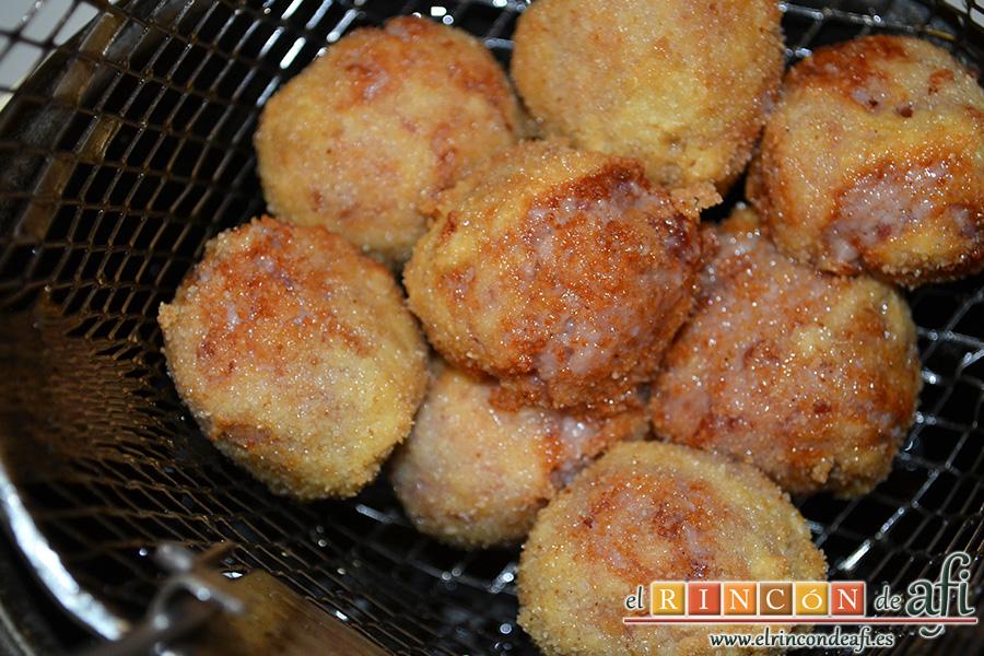 Croquetas de jamón serrano y pechuga de pavo, freír en abundante aceite