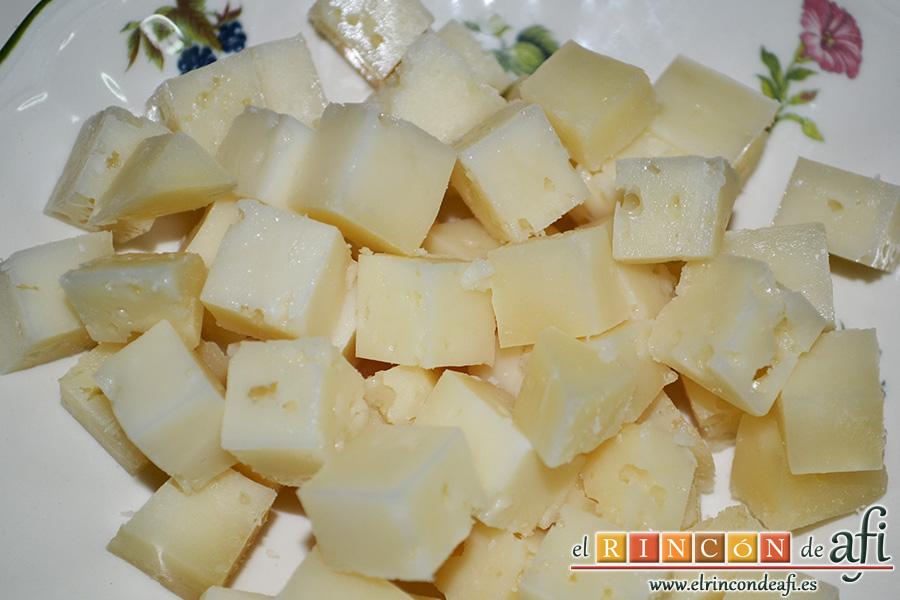 Ensalada César, cortar el queso en taquitos