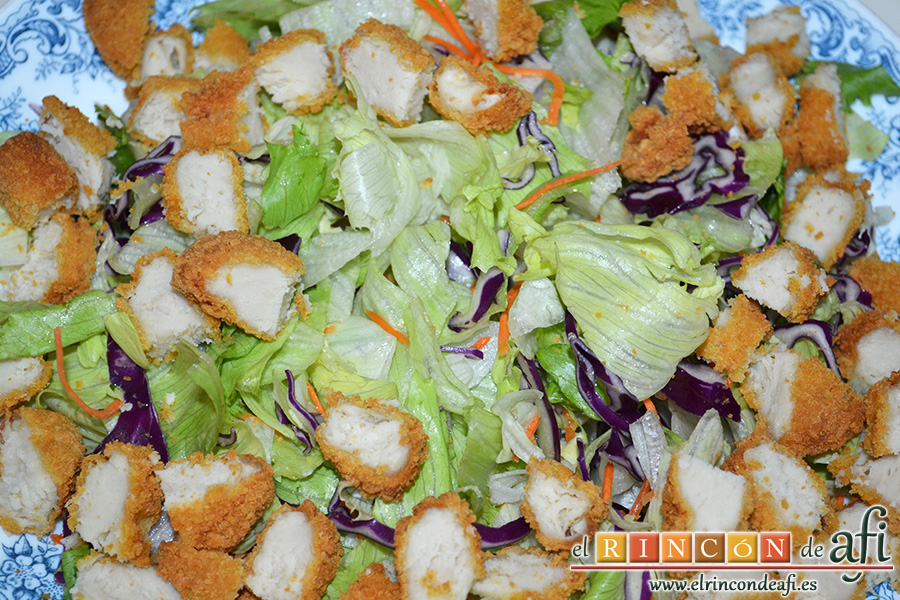 Ensalada César, cortar el pollo en trozos de bocado y poner por las lechugas