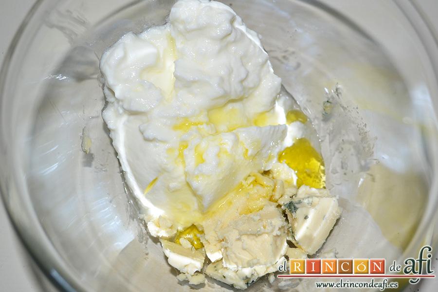 Ensalada de manzana, pera, jamón y conserva de guayaba, empezamos elaborando la salsa de yogur y queso azul introduciendo los ingredientes en un bol